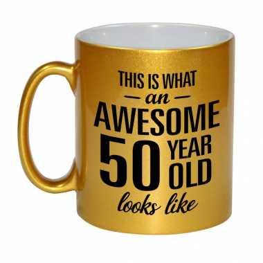 Awesome 50 year cadeau mok / beker goud 330 ml