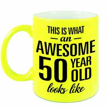 Awesome 50 year cadeau mok / beker neon geel 330 ml