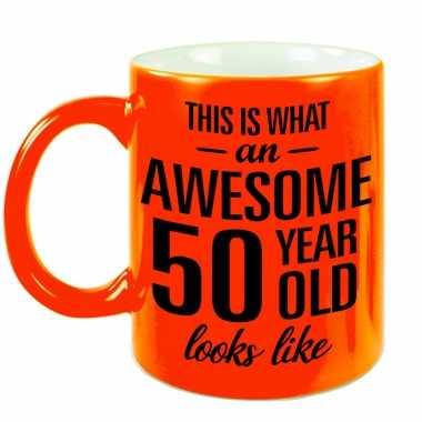Awesome 50 year cadeau mok / beker neon oranje 330 ml